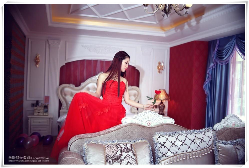 绝美的红裙女