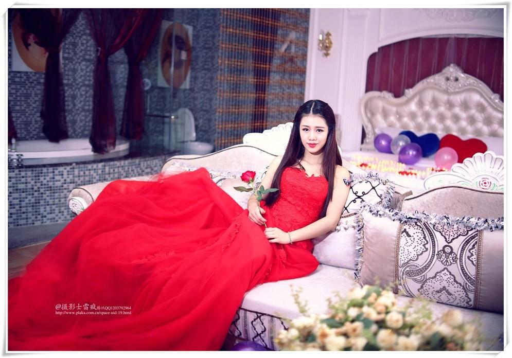 美丽红裙女坐着
